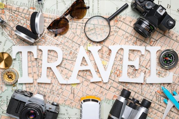 Palabra grande rodeada de elementos de viaje