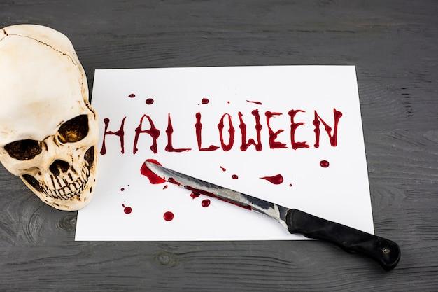 Palabra de halloween y cuchillo sangriento