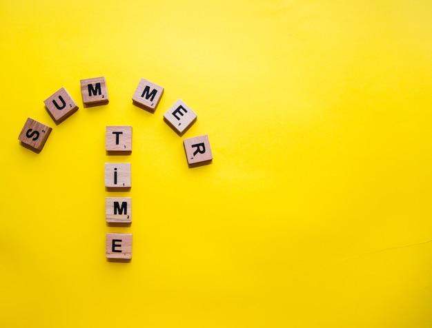 Palabra de horario de verano, concepto de verano. letras de scrabble