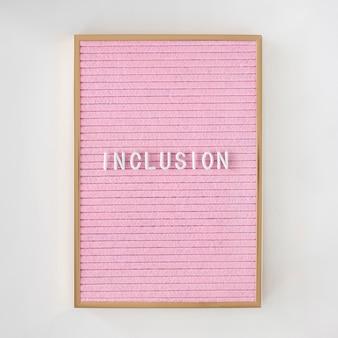 Palabra de inclusión escrita en un lienzo rosa con marco