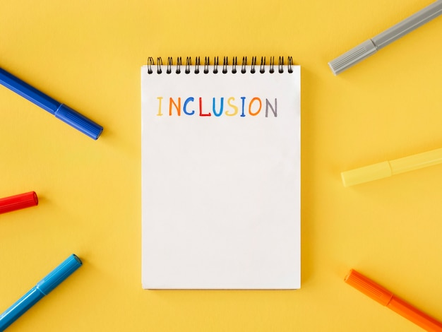 Palabra de inclusión escrita en la vista superior de un cuaderno