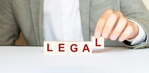 Palabra legal hecha con bloques de madera.