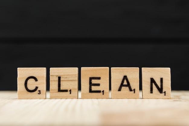 La palabra limpia deletreada con letras de madera.