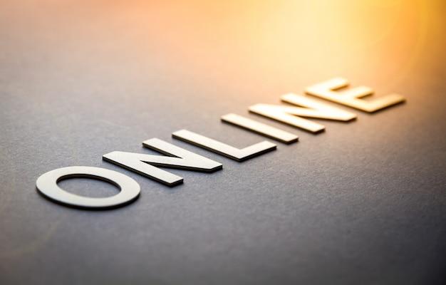 Palabra en línea escrita con letras sólidas blancas