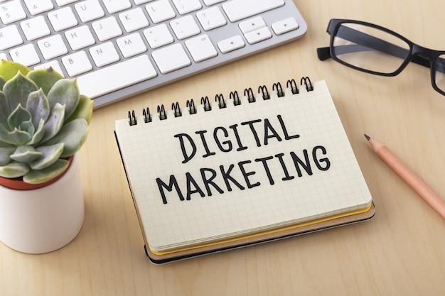 Palabra de marketing digital en portátil con teclado de computadora