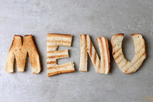 Palabra de menú hecha con tostadas