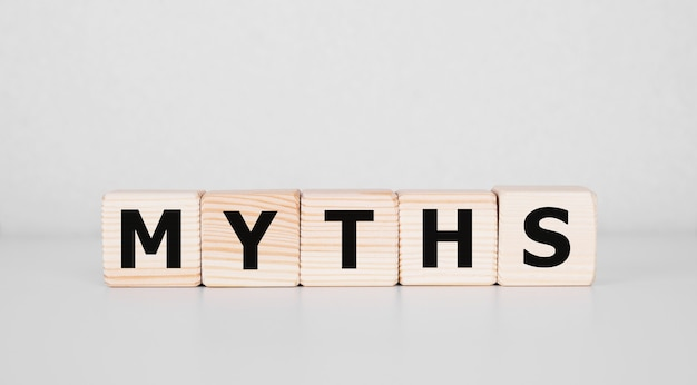 Palabra de mitos en cubos de madera. concepto de mitos