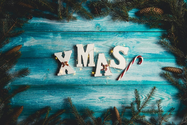 La palabra navidad. ramitas de abeto, bastón de caramelo, conos de pino