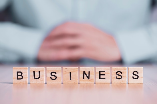Palabra del negocio cercana para arriba en los cubos del bloque de madera. concepto de motivación creativa empresarial