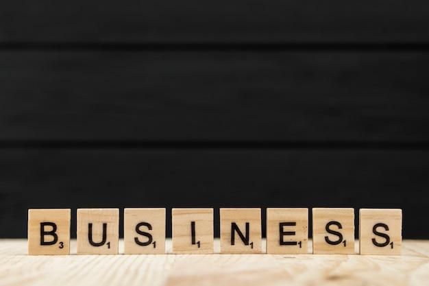 La palabra negocio deletreado con letras de madera.