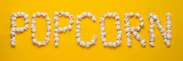 La palabra palomitas de maíz se presenta a partir de palomitas de maíz.