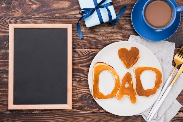 Palabra de papá escrita en bollos de pan y pizarra