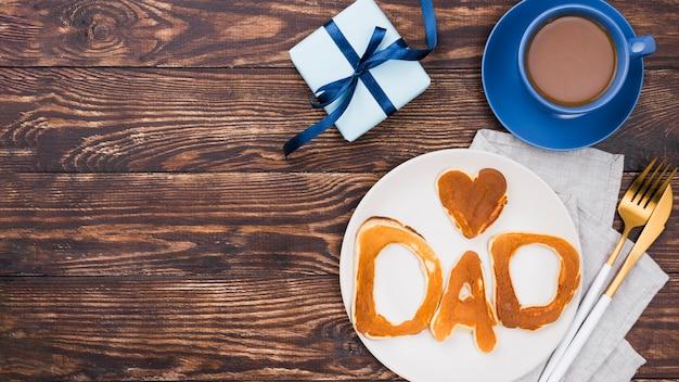 Palabra de papá escrita en bollos de pan y tablero de madera