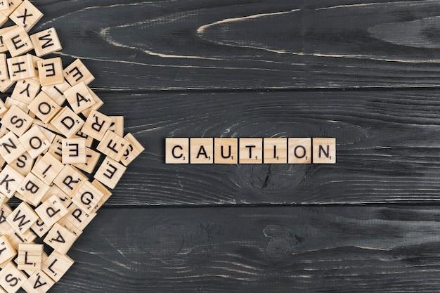 Palabra de precaución sobre fondo de madera