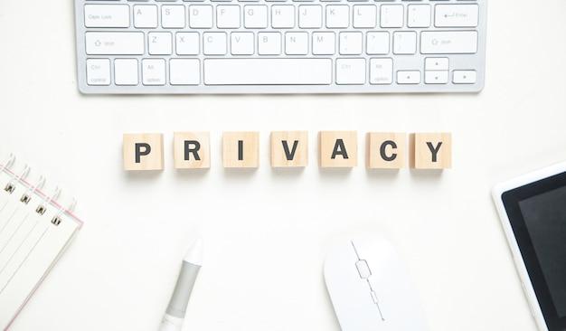 Palabra de privacidad en cubos de madera. escritorio de negocios