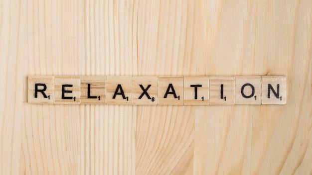 Palabra de relajación sobre baldosas de madera.