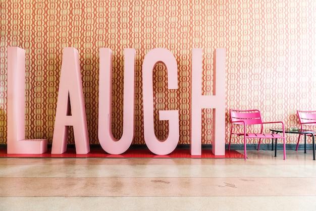Palabra risa dentro de una habitación