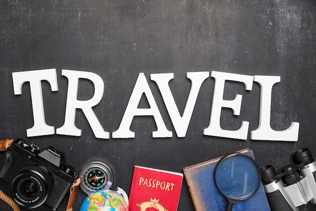 Palabra rodeada por elementos de viaje