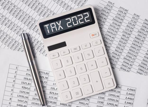 Palabra de sistema de impuestos tributarios en calculadora en documentos