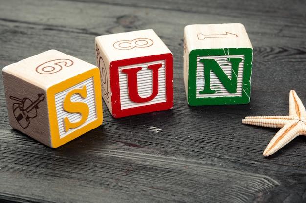 Palabra del sol escrita en cubo de madera