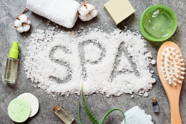 Palabra de spa escrita con sal de baño y artículos de spa