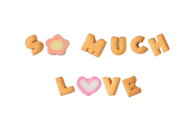 La palabra tanto amor deletreada con galletas del alfabeto y malvavisco