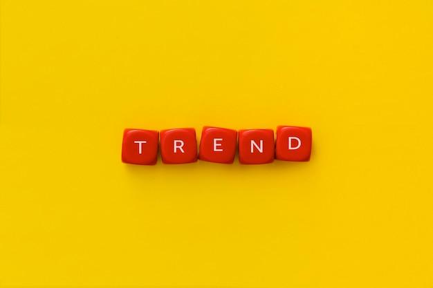 La palabra tendencia en cubos rojos