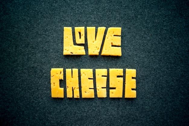 Palabra del texto del queso del amor en fondo oscuro