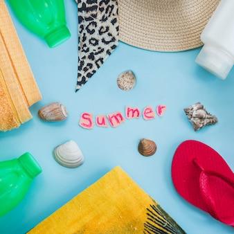 Palabra de verano entre botellas con conchas marinas cerca de desgaste y flip flop