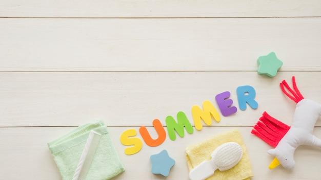 Palabra de verano entre juguetes