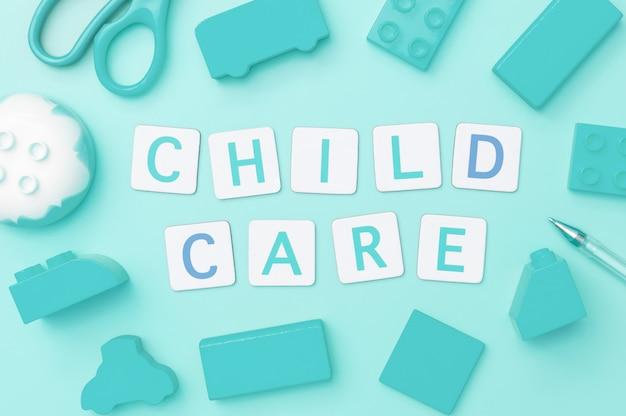 Palabras de cuidado infantil con juguetes azules.