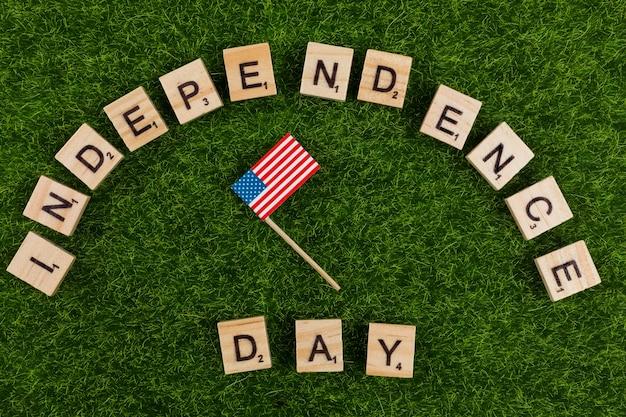 Palabras día de la independencia con bandera pequeña.