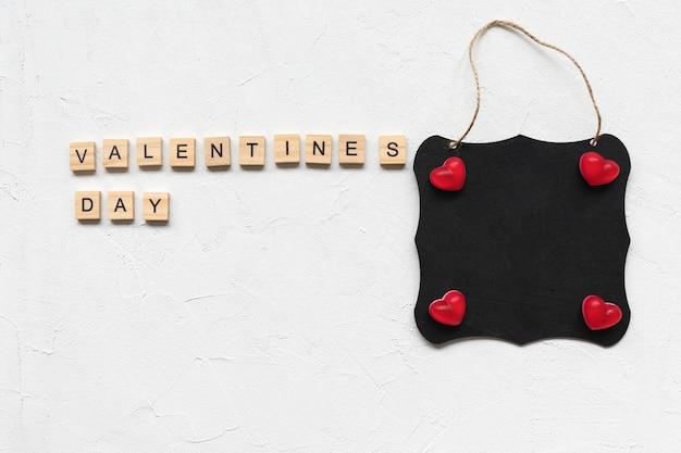 Palabras del día de san valentín y corazones de gelatina en un tablero