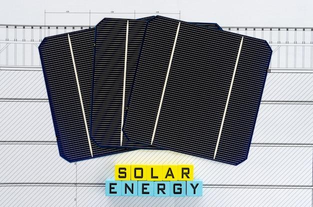 Palabras de energía solar escritas en bloques de madera de color amarillo y azul claro en una imagen conceptual de promoción de energía sostenible