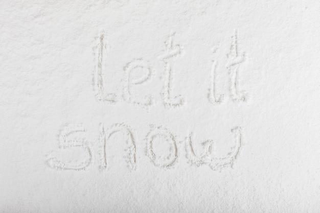 Palabras escritas en la superficie de la nieve.
