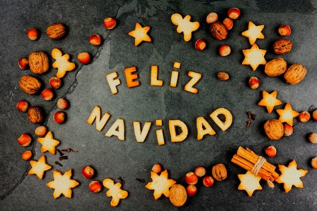 Palabras feliz navidad en español con galletas horneadas,