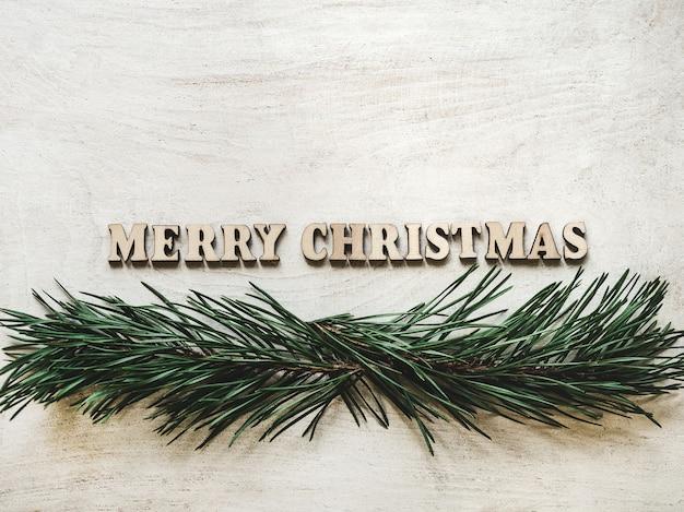 Palabras feliz navidad y tarjeta de felicitación verde del árbol de navidad