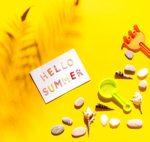 Palabras hola verano sobre papel.