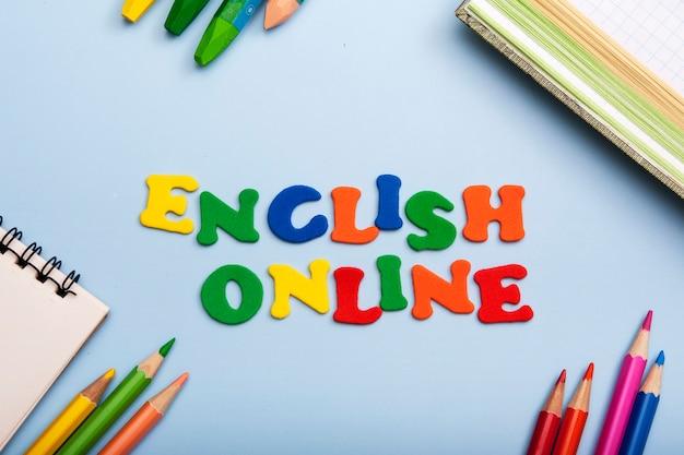 Palabras inglesas online hechas de letras de colores. aprender un nuevo concepto de idioma