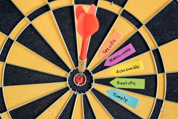 Palabras metas inteligentes con objetivo de dardo en dartboard