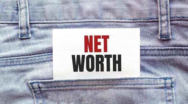 Palabras de valor neto en un papel blanco sobresalían del bolsillo de los jeans. concepto de negocio