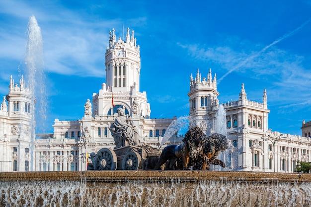Palacio de cibeles y fuente en la plaza de cibeles en madrid, españa
