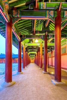 Palacio gyeongbokgung en la noche en seúl, corea.