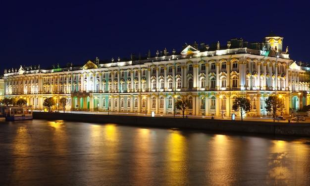 Palacio de invierno en la noche
