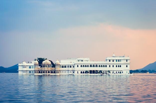 Palacio del lago palacio en el lago pichola en el crepúsculo, udaipur, rajasthan, india