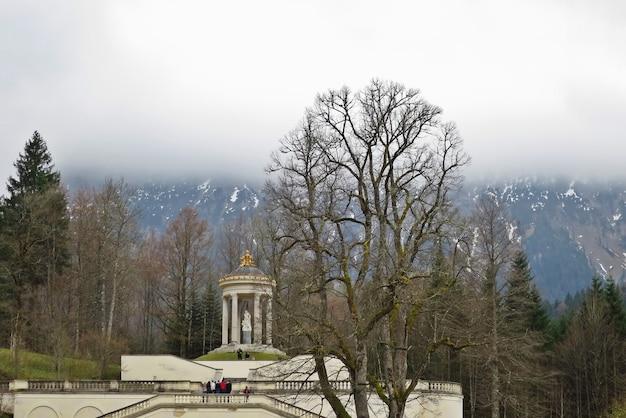 El palacio linderhof es un schloss en alemania, en el suroeste de baviera, cerca de la abadía de ettal.