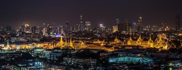 Palacio magnífico de tailandia y wat phra kaew en la noche en bangkok, tailandia
