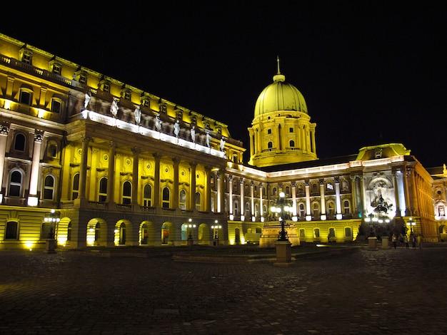 El palacio real de budapest en la noche