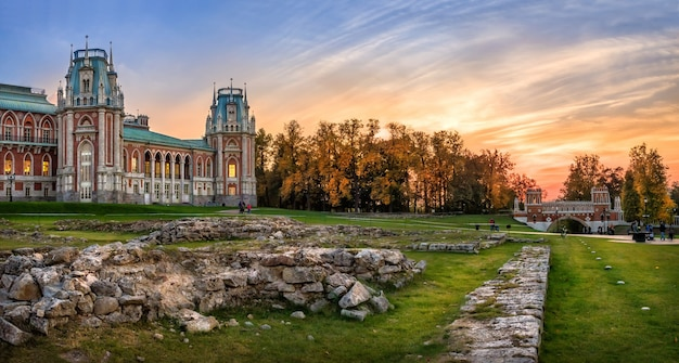 Palacio de tsaritsyno en moscú en un día de otoño