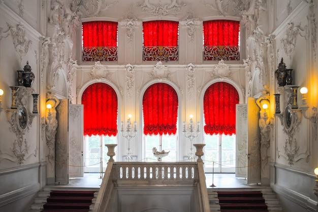 El palacio de tsarskoye selo recibió visitantes después de la restauración de muchas exhibiciones.